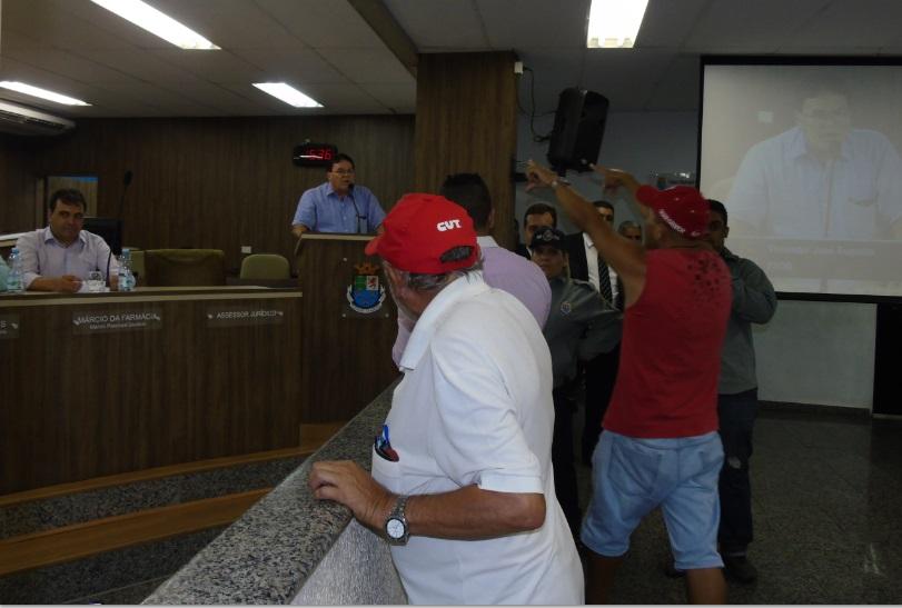 Munícipe teve que ser acalmado por seguranças (Foto: Carlos Carvalho)