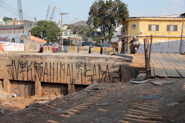 Obras obstruem passagem de veículos pela ponte (Foto: Pedro Diogo)