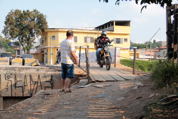 Motos andam pelas calçadas e quase atropelam pedestres (Foto: Pedro Diogo)
