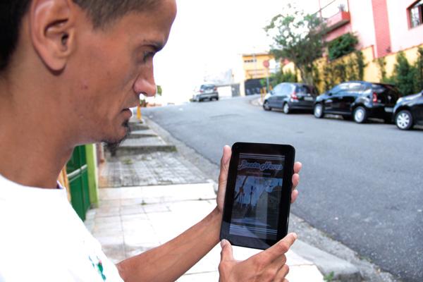 Sá usa rede social com vizinhos para se sentir mais seguro no bairro (Foto: Pedro Diogo)