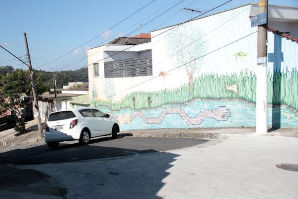 Carros são obrigados a fazer a curva por falta de sinalização. (Foto: Pedro Diogo)