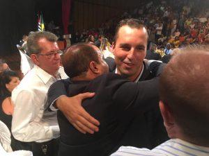 Michels, abraça José Carlos Gonçalves, presidente municipal do PPS (Foto: Divulgação)