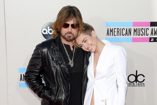 Pai de Miley Cyrus indica que a cantora está casada