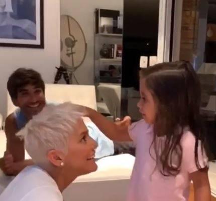 Deborah Secco muda cor do cabelo e surpreende filha   Parece a Xuxa  ce20280965d